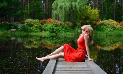 Blije dame in rode jurk